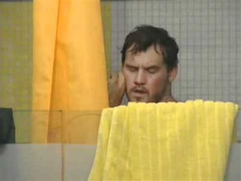 masturbazione doccia sotto la doccia il grande fratello non distoglie lo