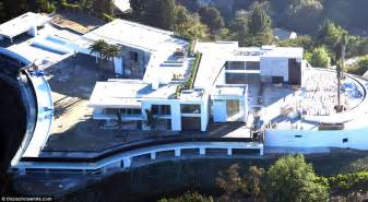 Bedrooms White - this 500 million la gigamansion has 20 bedrooms daily mail online