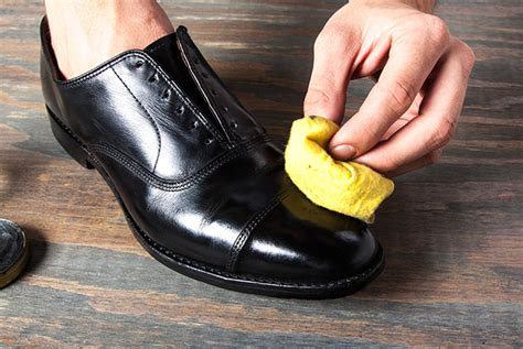 Sepatu Shining how to shine your shoes the right way the gentlemanual a handbook for gentlemen scoundrels