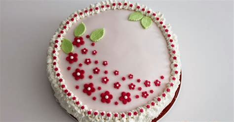 torte decorate con panna e fiori torta decorata con panna e fiori in pasta di zucchero