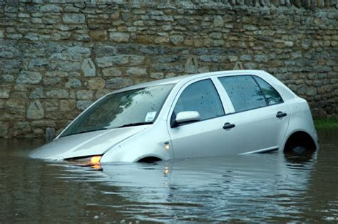 Sinking Car how to survive in a sinking car