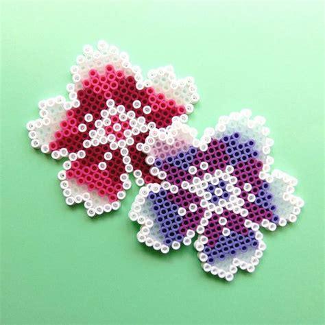 fiori con le perline creare con i pyssla 40 lavoretti con le perline da