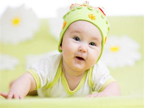 alimentazione bimbo 4 mesi neonato 6 mesi crescita svezzamento e giochi