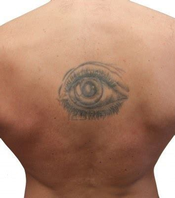 doc tattoo quebec photo tatouage d un oeil sur le dos d un homme