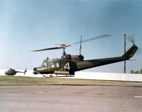 uh 1 rocket pod file bell uh 1c with hydra 70 rocket pods jpg wikimedia