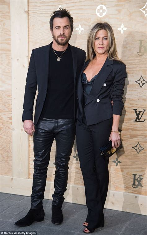 So What If Aniston Is Dating A Hunk by Aniston Is Casual In In A Camel Coat