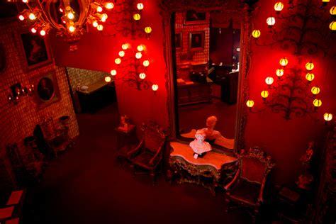 berns dessert room berns steak house 11162011 berns lobby thecoolist the modern design lifestyle magazine