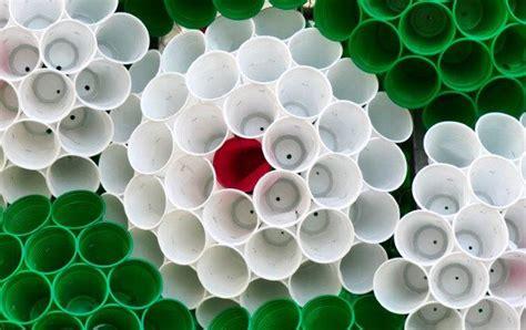 bicchieri plastica riciclabili albero di natale con bicchieri di plastica divergentmusings