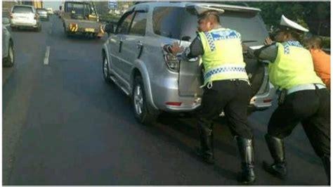Mobil Polisi Mvp Merah kalau polisi seperti ini apakah akan dipuji aripitstop