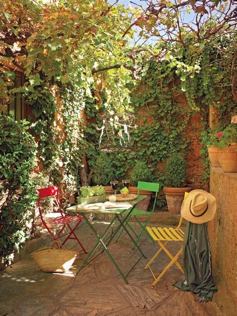 decorar ventana patio una casita de pueblo con encanto r 250 stico y un precioso patio