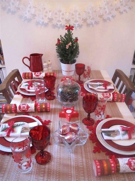 tavola natalizia decorazioni tavola di natale in rosso e bianco foto