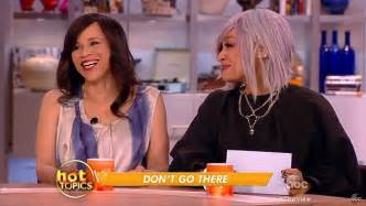 is rosie perez wearing a wig is rosie perez wearing wig is rosie perez wearing wig
