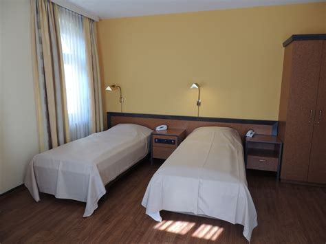 vorhang für bett schlafzimmer wohnwand mit bett
