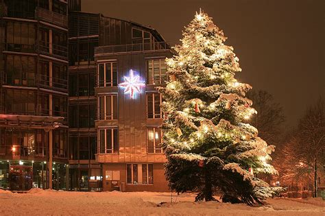 kaarster rathaus im schnee bei nacht mit weihnachtsbaum