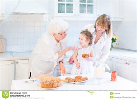 nonna cucina nonna che cucina con il derivato e la nipote fotografia