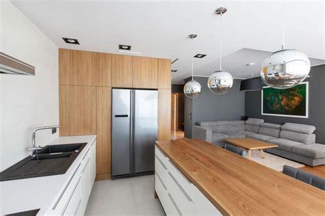 interieur wit hout appartement met een combinatie van hout en grijs hebbes