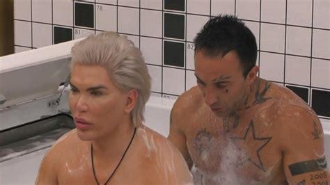 uomini nudi sotto la doccia ken umano nudo sotto la doccia grande fratello vita