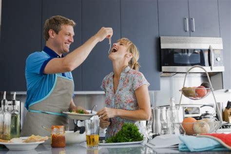 hombre cocinando pin hombres cocinando on pinterest