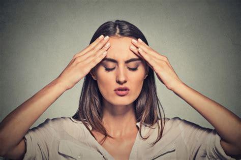 mal di testa ciclo mestruale sindrome premestruale i 6 sintomi pi 249 comuni foto