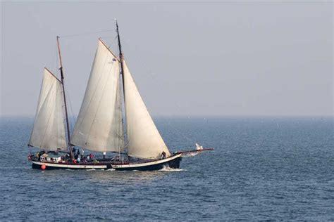zeilboot waddeneilanden een zeilboot onderweg op de waddenzee west terschelling