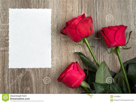 imagenes tres rosas tres rosas rojas y hoja en blanco en la madera imagenes de