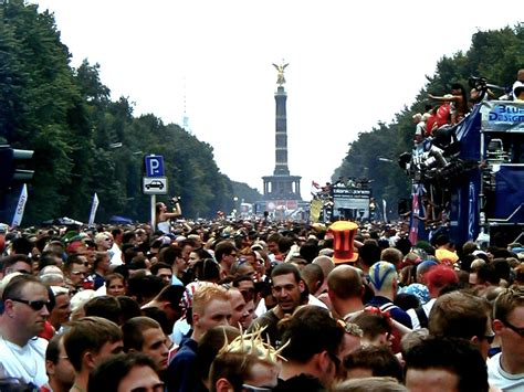 imagenes love parade file loveparade 2002 berlin 2 jpg wikimedia commons