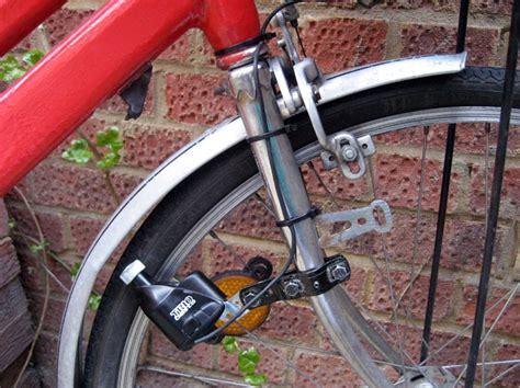 pedal powered bike light watts maker de fietsdynamo als oplader voor mobieltje of