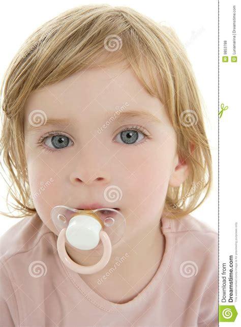 imagenes de niños ojos azules ojos azules y pacificador del pelo rubio del ni 241 o del beb 233