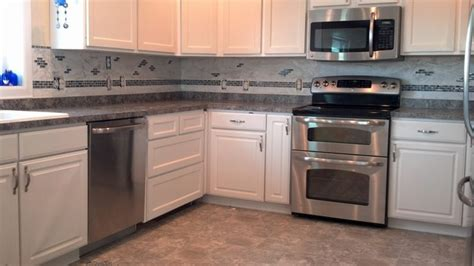 limestone backsplash with glass tile accent