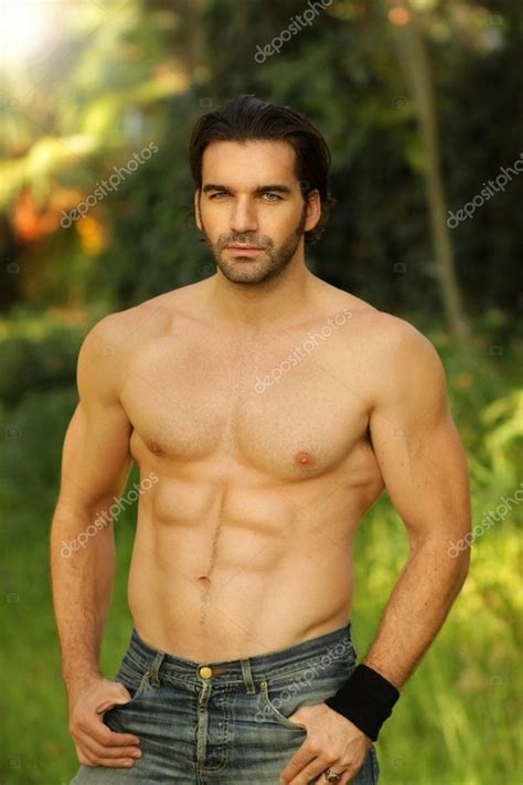 Modele Vivant Masculin outdoor portrait of a shirtless looking fit