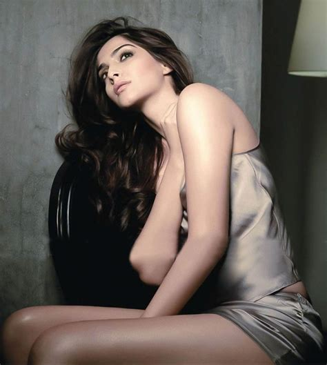 gambar evelyn sharma bollywood sonam kapoor maxim hot photos magazine