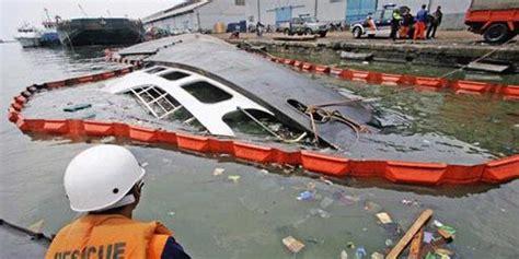 ramalan cuaca di laut info pelaut indonesia kapal kapal kargo burung laut 102 terbalik di dermaga 002