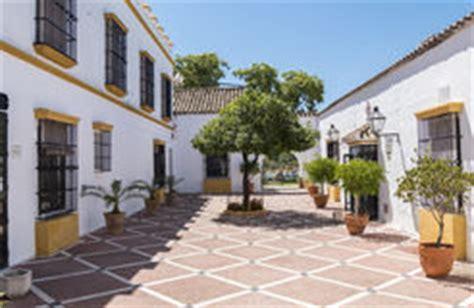 cortile spagnolo cortile spagnolo tipico fotografia stock immagine di