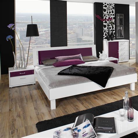 futonbett weiß lila wohnzimmer in brombeer grau bett doppelbett polsterbett