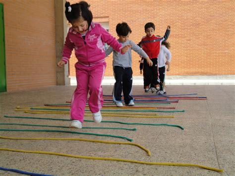 imagenes de niños jugando ala cuerda fotos de ni 241 os saltando