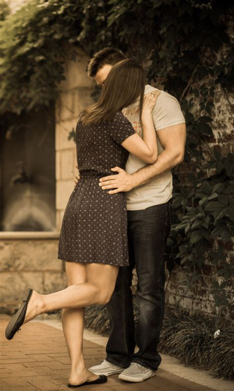 kissing couple wallpaper nokia 5233 couple kiss wallpaper for nokia lumia 520