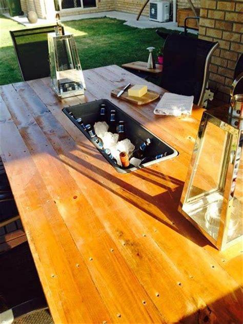 Diy Pallet Outdoor Table With Ice Box Diy Patio Tables