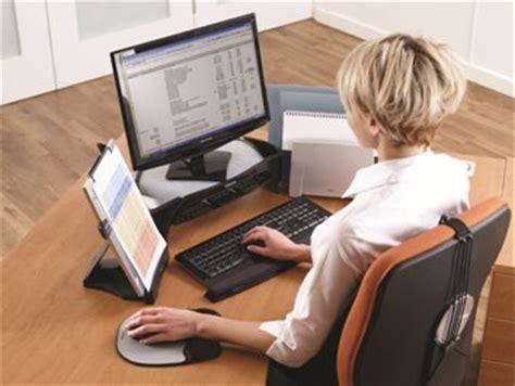 arbeiten zuhause am pc arbeiten am laptop eine gef 228 hrdung b 252 rocenter butzbach