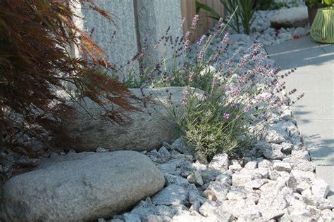vorgarten mit steinen 4155 steing 228 rten und kiesfl 228 chen berger gartenbau