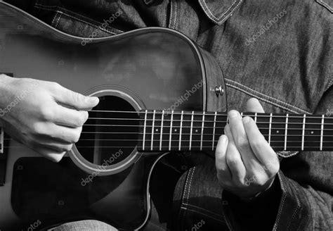imagenes de guitarras blanco y negro cerca de manos hombres tocando la guitarra en blanco y