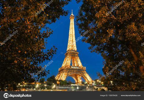 torre eiffel di notte illuminata la torre eiffel tour eiffel illuminata di notte parigi