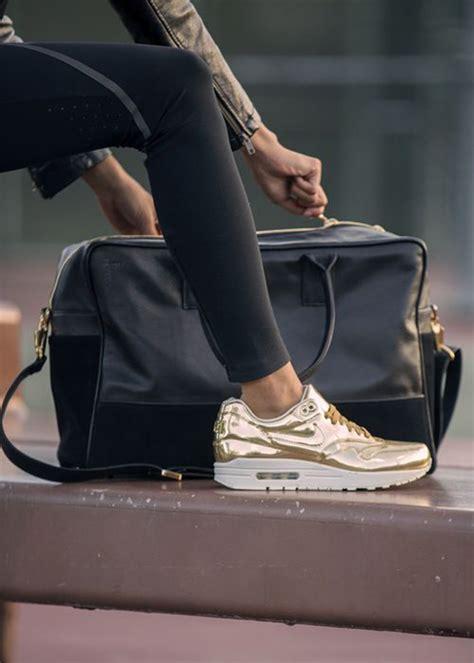 zapatillas doradas  plateadas una tendencia comoda  chic