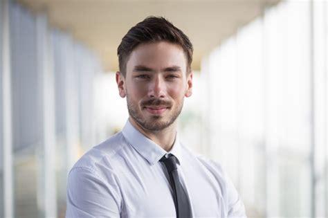 imagenes hombre optimista retrato de hombre de negocios optimista en ropa formal