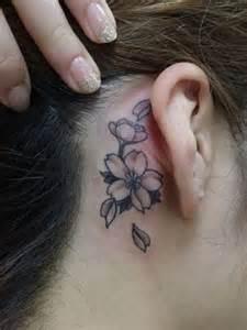 fiore di ciliegio tatoo piccolo tatuaggio fiori di ciliegio dietro orecchio