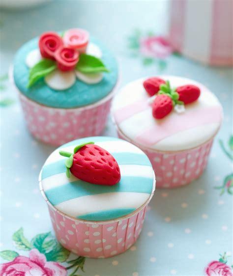 una tarta sencillsima de hacer con colores muy primaverales receta de cupcakes con cubierta de fondant