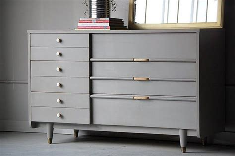 Grey Painted Chairs by Best 25 Grey Painted Furniture Ideas On Gray Furniture Grey Dresser And Chalk