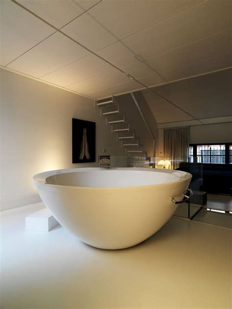Big Bathtubs With Showers by Big Bathroom And Big Bath Tub In The Middle