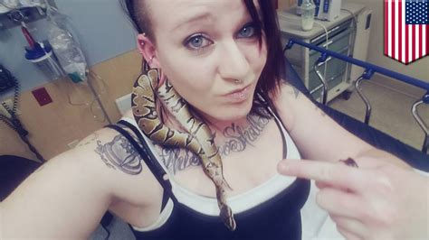 seekor ular terjebak  lubang telinga wanita tomonews