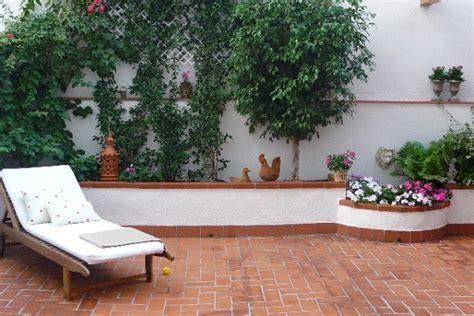 decorar patio con bancos un patio muy acogedor guia de jardin