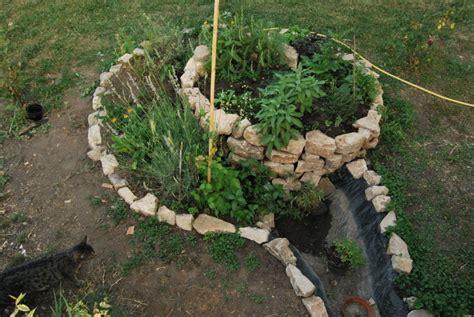 piante aromatiche in giardino come si preparara una spirale di erbe aromatiche in giardino